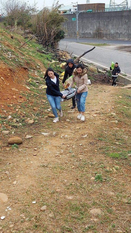 Relove團隊將糧食運送到莊愛媽狗園。 Relove/提供