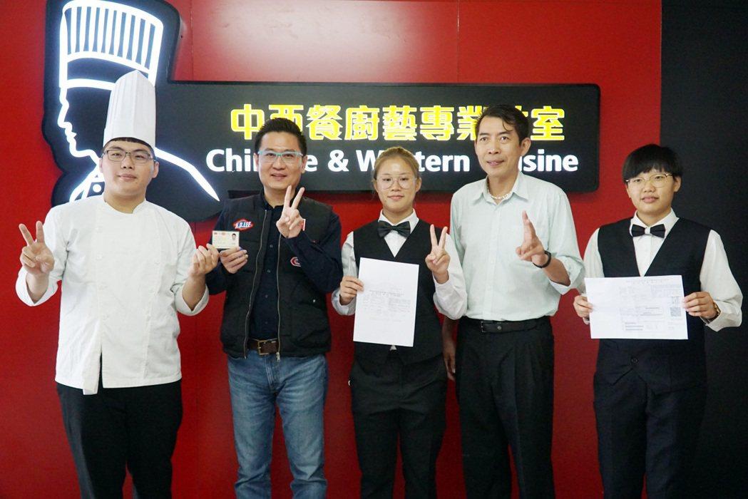 大葉大學餐旅系三位學生通過乙級證照。 大葉大學/提供。