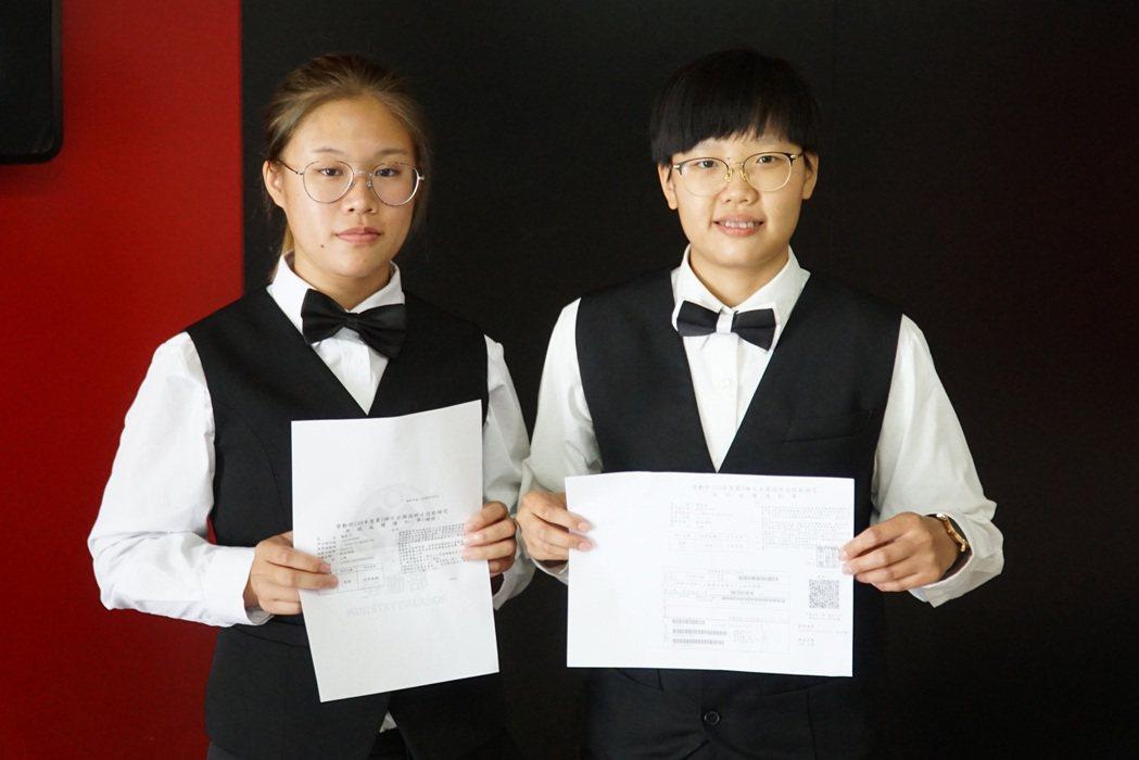 大葉大學餐旅系大三生廖紫萍(左)、曹晏瑜(右)考取飲料調製乙級技術士證照。 大葉...