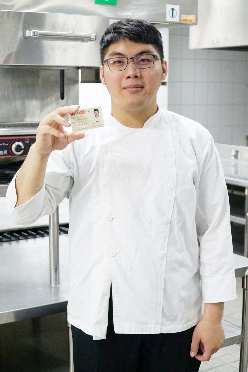 大葉大學餐旅系大二生葉永賢考取中餐烹調乙級技術士證照。 大葉大學/提供。