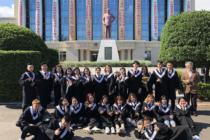 明新科大新南向政策的首屆國際產學專班學生即將於今年6月畢業,光電系越南生穿學士服...