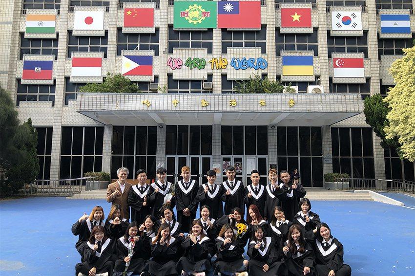 明新科大致力發展國際化,自106年配合政府新南向教育政策,開辦「國際學生產學合作...