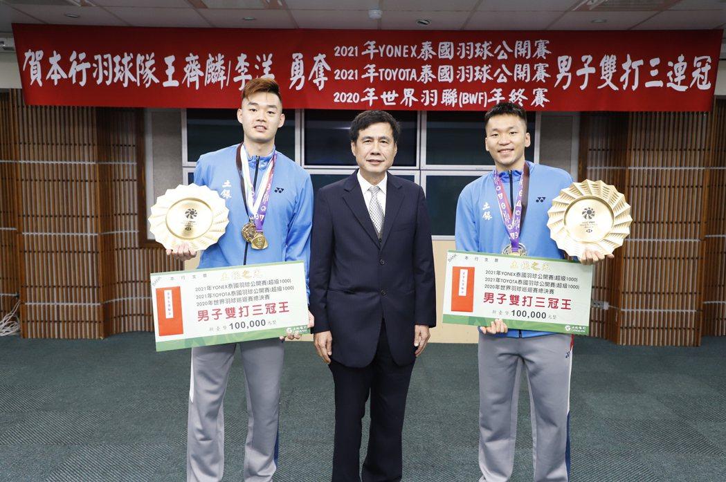 土地銀行羽球隊員王齊麟(左)、李洋(右)參加泰國三項羽球賽事均榮獲男子雙打冠軍,...