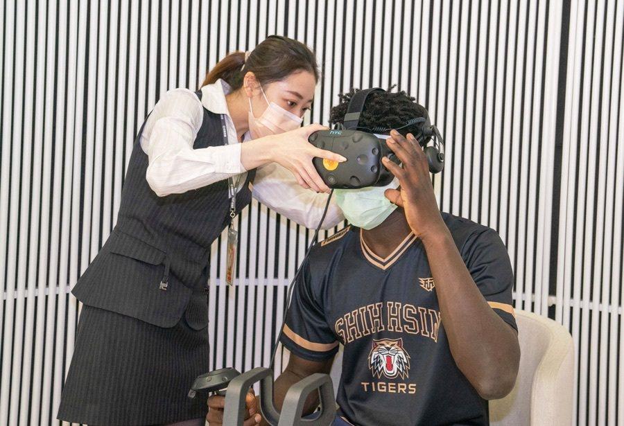 男籃同學體驗永慶i+智慧創新體驗館的VR虛擬實境創新看屋服務。 永慶房屋/提供