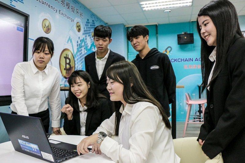 區塊鏈智慧金融教學平台不但提供更有效率的校園服務,也讓在校學子及早體驗金融產業變...