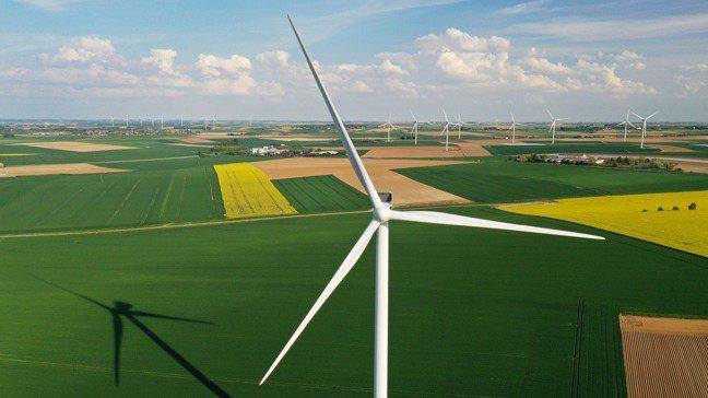 根據彭博新能源的分析,在各國政府推動綠能的情況下,風能和太陽能到2050年有望滿...