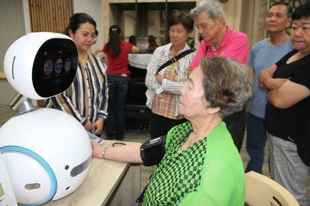 元培高齡福祉學程課程利用智慧照顧科技設備讓學生進行實作訓練。 元培/提供