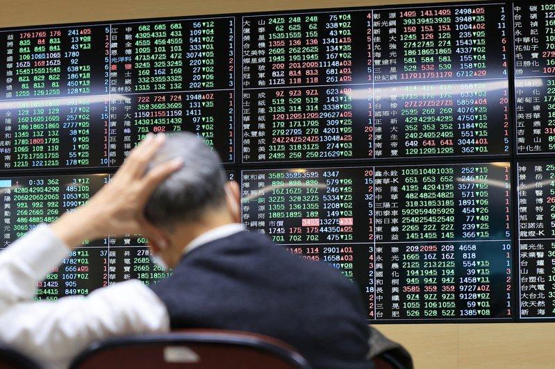 外資26日瘋狂拋售台股944億元,台股指數收盤重挫498點。 記者林伯東/攝影