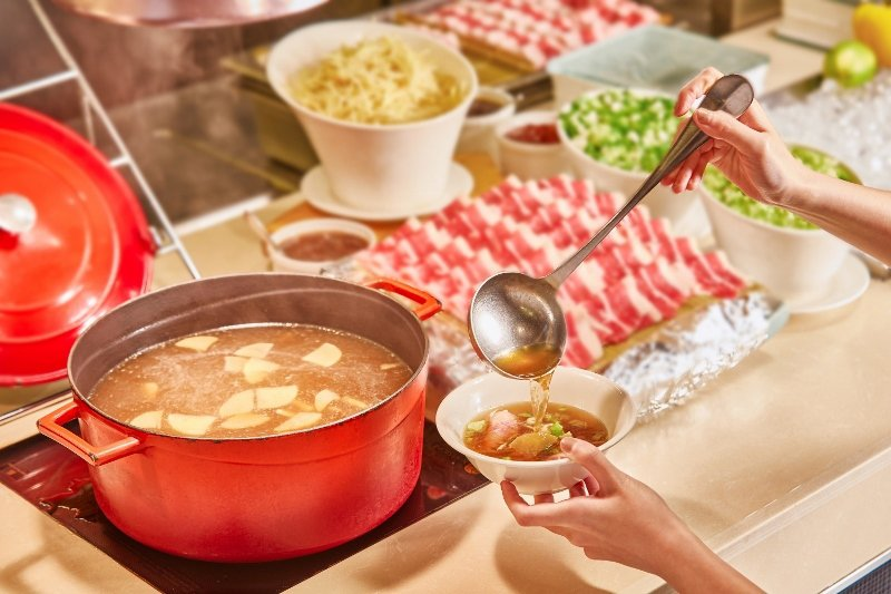 Checkers餐檯上的蔬菜養生牛肉湯。 業者/提供