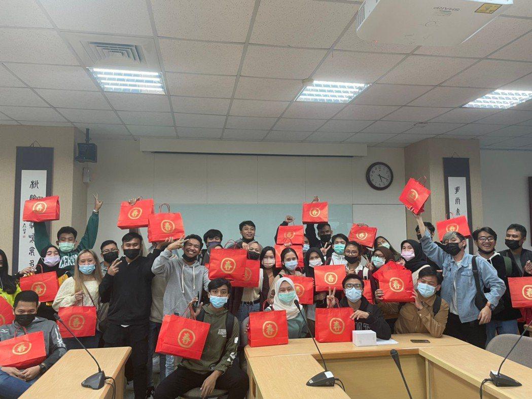 元培境外生們都領到國際處精心準備的新春福袋也開心合影。 元培/提供