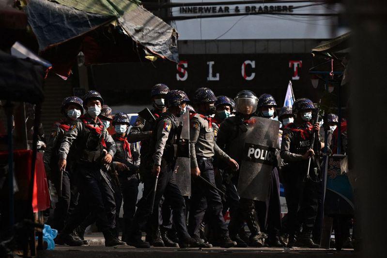 緬甸政變後民眾反軍政府示威愈演愈烈,軍警武力鎮壓手段也越來越血腥。 法新社