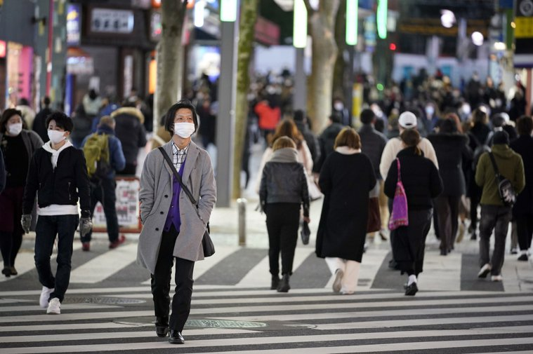 日本因新冠肺炎疫情在10都府縣實施緊急事態宣言,原定至3月7日止,但部分府縣將提...