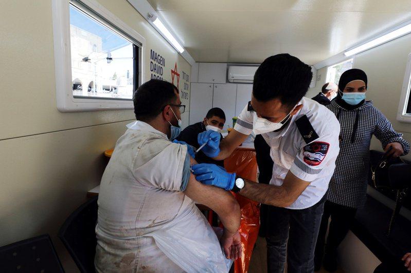 以色列衛生部長艾德斯坦(Yuli Edelstein)今天表示,已為一半人口施打至少一劑2019冠狀病毒疾病(COVID-19)疫苗,35%人口則完成接種兩劑。 路透社