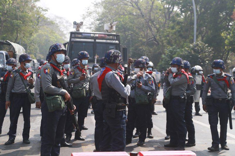 緬甸軍方月初發動政變,聲稱2020大選有舞弊之嫌。軍方指派的選舉委員會今天和多個政黨領袖開會,選委會主席登梭在會上說,由於軍方已掌權,2020年選舉結果自動宣告無效。 美聯社