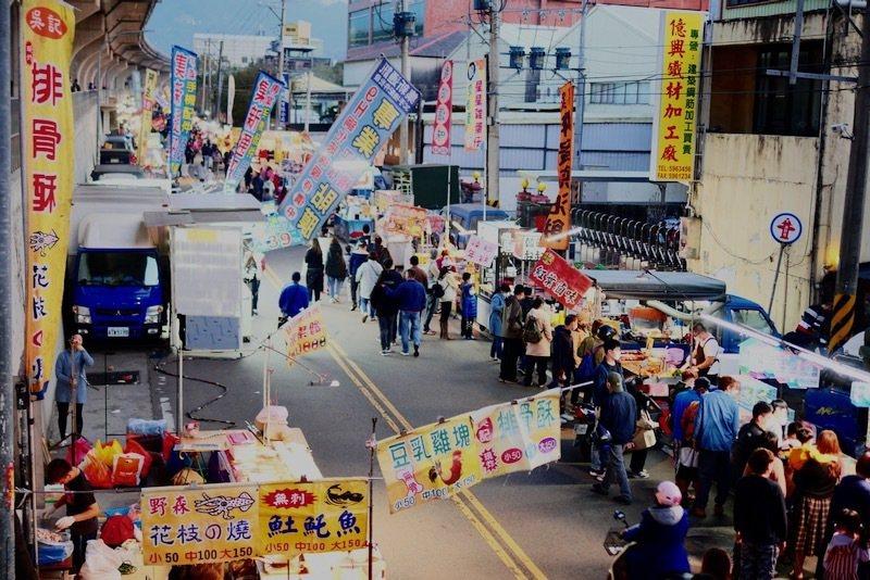 竹東週六夜市,緊鄰著櫻花大道的一側,賞花後接續逛夜市。