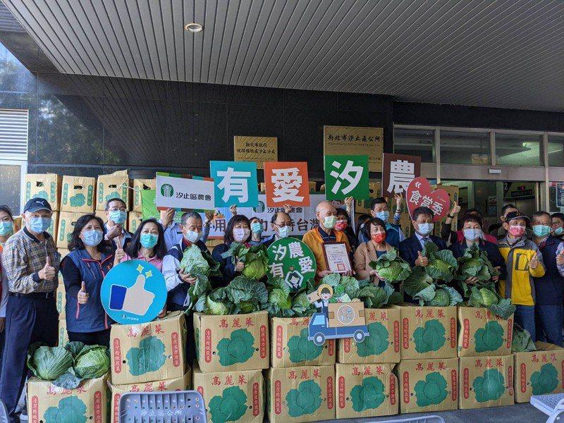 汐止區農會購買了一百箱的高麗菜,捐給汐止共31處的老人共餐據點。 圖/觀天下有線電視提供