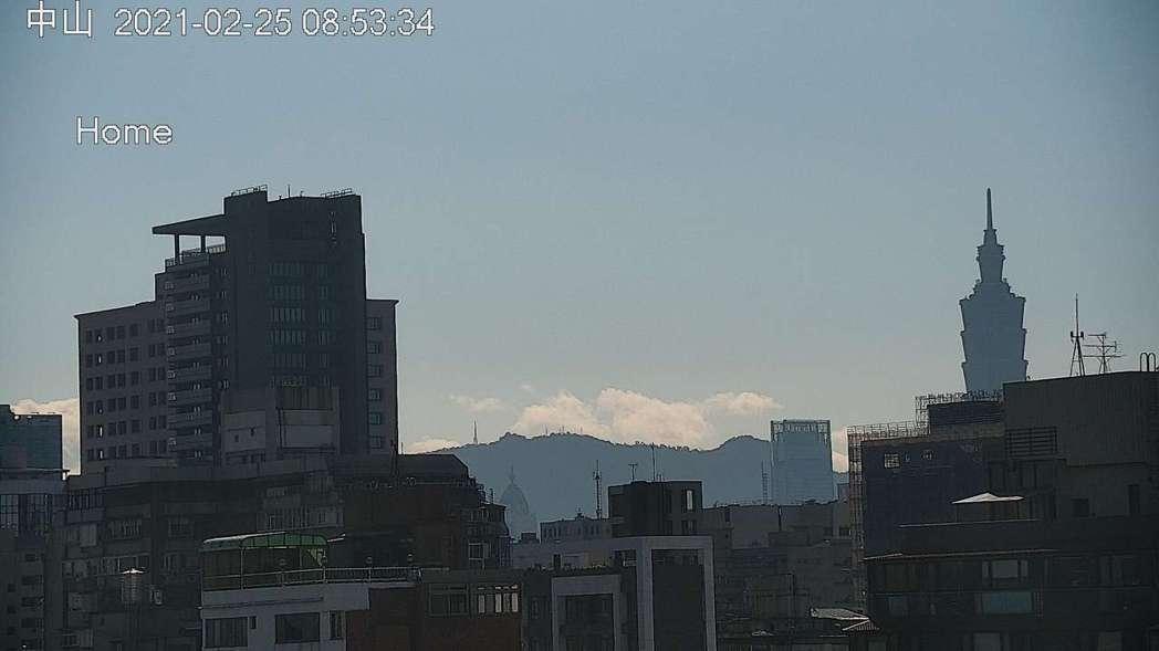 環保署中山測站昨天上午8時53分的空氣品質監測情形,明顯可見101大樓。圖/取自...
