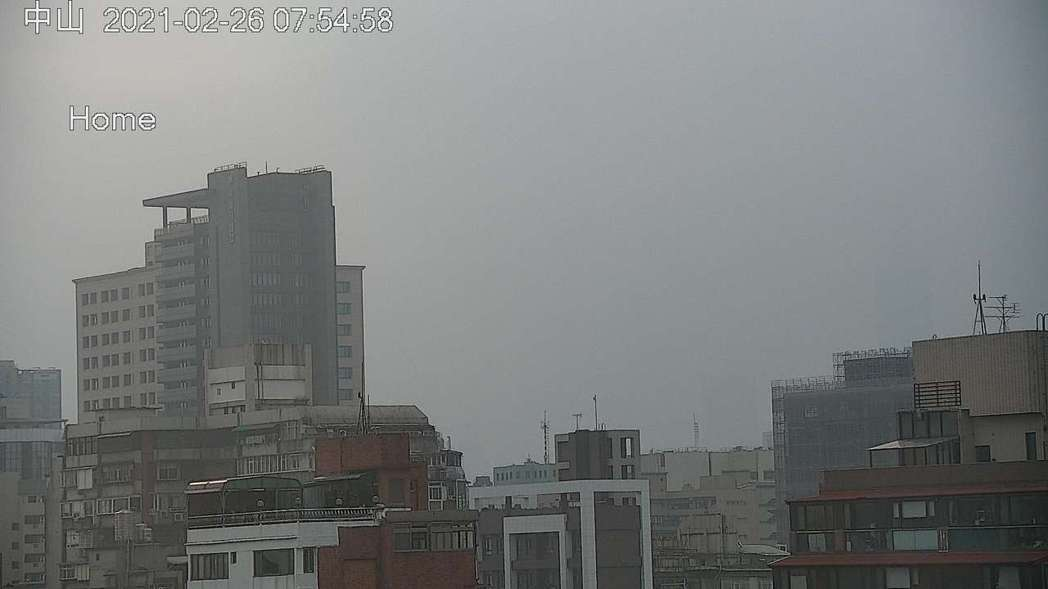 環保署中山測站今天上午7時54分的空氣品質監測情形,霧霾嚴重,已看不見101大樓...