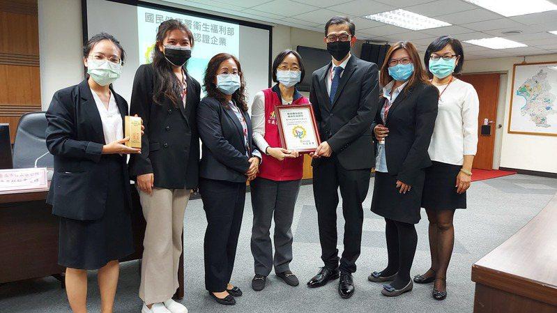 康和證券打造健康職場有成,信義區長游竹萍(中)頒發健康認證最高榮譽「健康促進標章」。(康和證券/提供)