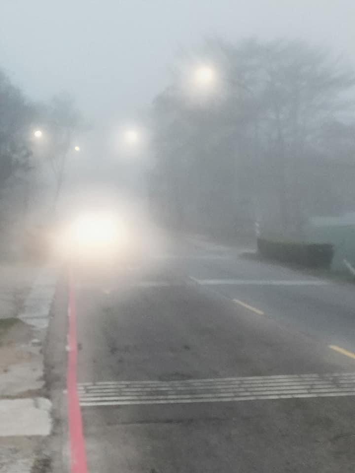 金門清晨出現大霧,路上能見度很差,幾乎是看不清來車。圖/讀者提供