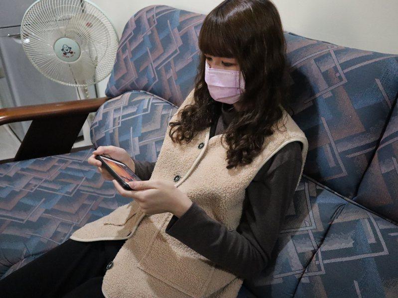 衛褔部台北醫院眼科主任林人傑提醒,平時要多鍛鍊身體,適當的休息,避免過度用眼,關注自己眼睛的狀況。圖為追劇示意圖。圖/部北提供