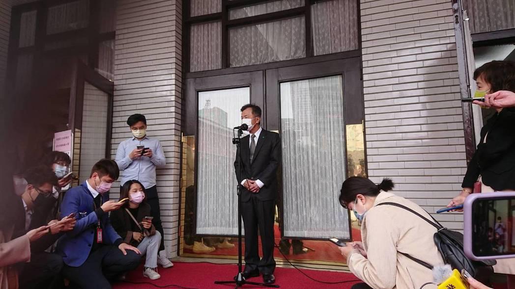 香港影視大亨向華強申請來台依親居留,遭內政部移民署經會商相關單位審查後駁回。陸委...