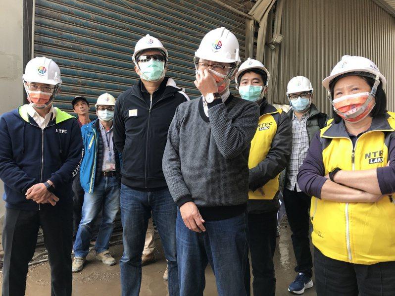 新北副市長陳純敬(左3)前往視察廠房遭堆置與清運廢棄物狀況。圖/新北地政局提供