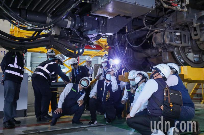 台中市長盧秀燕今天上午到北屯機廠主維修場,也讓媒體了解電聯車連結器新軸心改進後的安裝方式。記者喻文玟/攝影