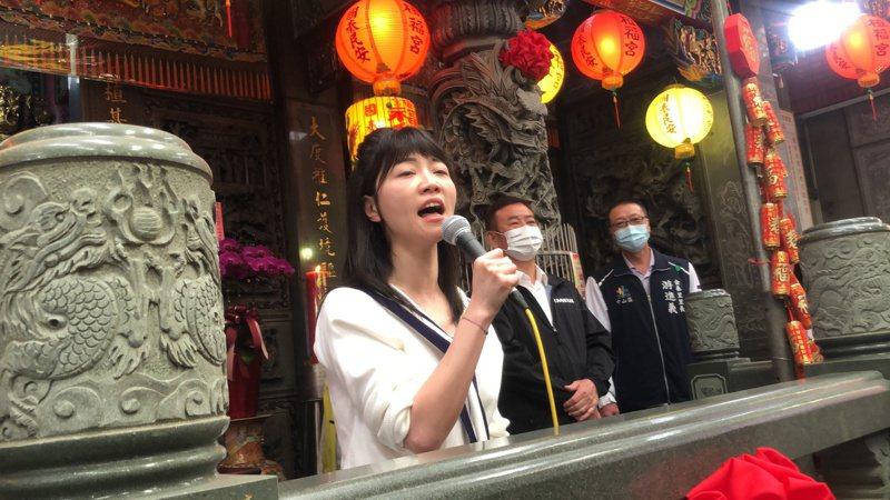 高嘉瑜唱歌給大直鄉親聽。記者鍾維軒/攝影
