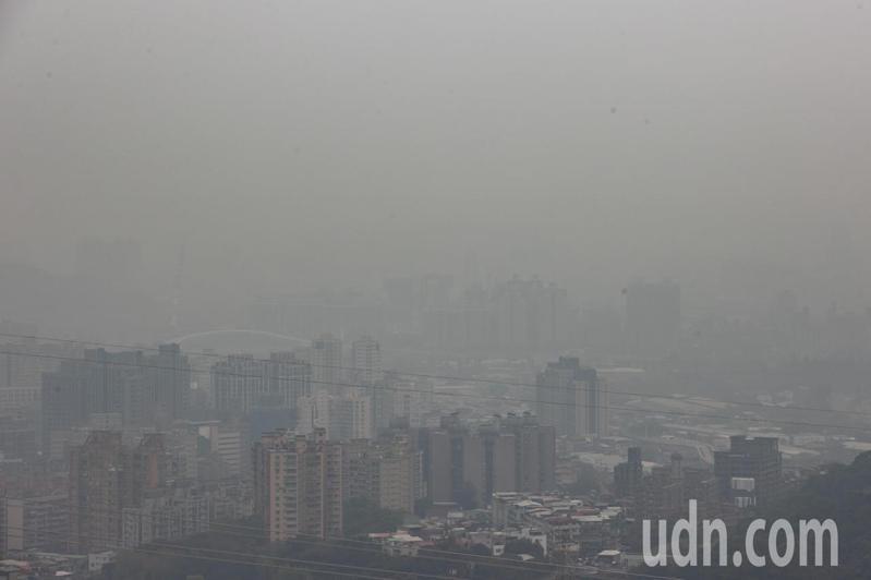 根據環保署空氣品質監測網顯示,今天上午6時西半部各地普遍空氣品質不佳。原本可以清楚看見台北101,但空汙影響全部灰濛濛一片看不清楚。記者季相儒/攝影