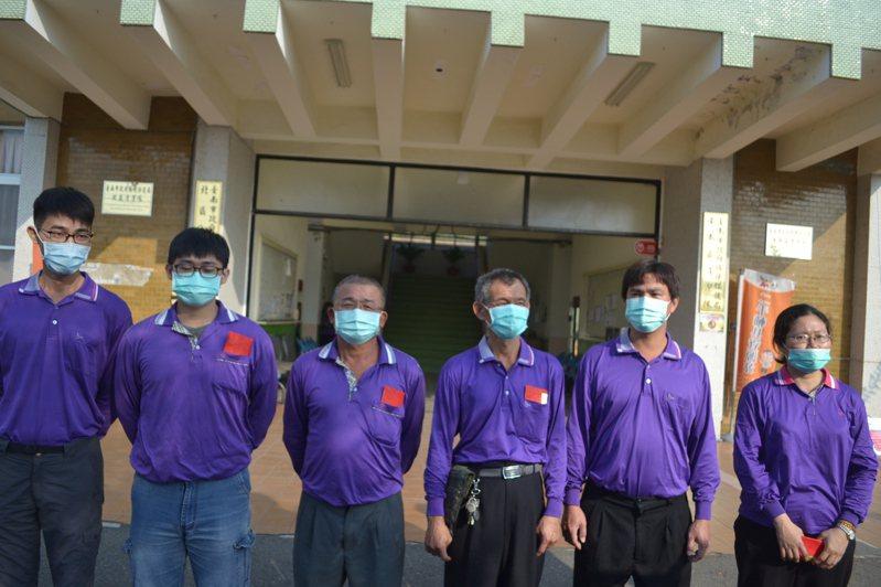 台南市環保局清潔隊員拾金不昧,今天受表揚及獎勵。記者鄭惠仁/攝影