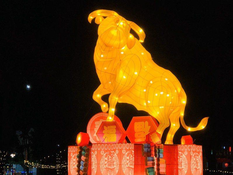 員林市公所今晚將在員林公園舉辦元宵晚會,員林公園有金牛富貴主燈,及副燈桐花王子、蜀葵花公主、菱角綜等各燈區,燈會期間在員林公園散步,別有風情。圖/員林市公所提供