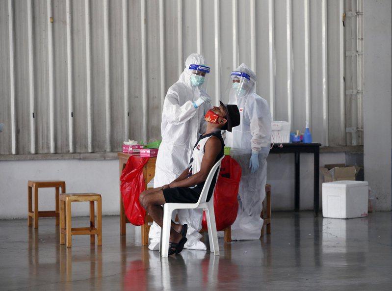中國大陸目前仍是以鼻咽拭子來檢測病毒,少部分的高風險人士會被要求做肛篩。歐新社