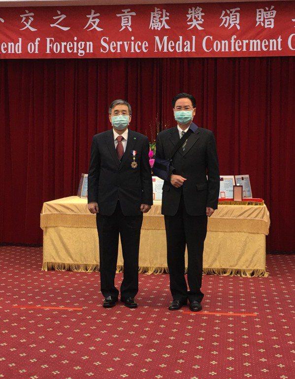 國泰綜合醫院榮獲外交部頒發「外交之友貢獻獎」,由外交部吳釗燮部長(右)頒獎表揚,國泰綜合醫院李發焜院長(左)代表受獎。圖/國泰綜合醫院提供