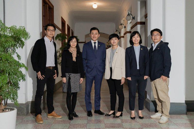 新竹市府公告一級主管人事異動,林智堅表示,他選用人才不分性別及年齡,未來會持續帶領年輕團隊全力拚市政。圖/市府提供