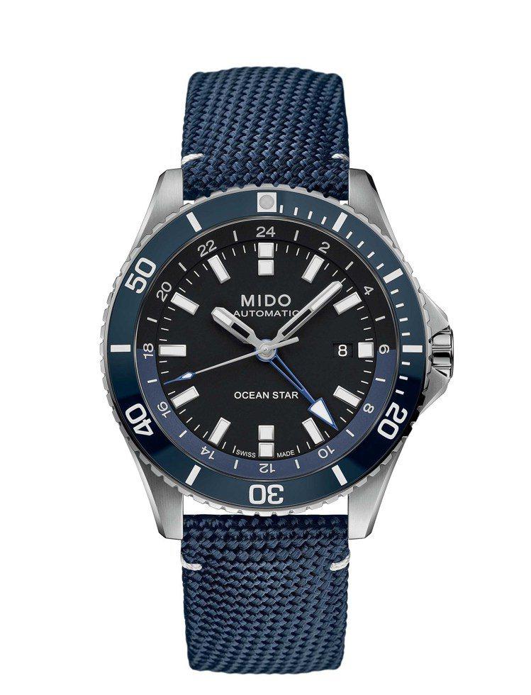 配有藍色特殊織物表帶的MIDO海洋之星GMT腕表,從面盤、表圈、表帶,以沈穩的藍...