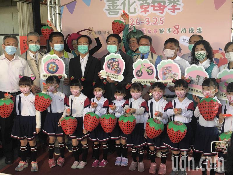台南善化草莓季開跑,市長黃偉哲促銷指出,採鮮甜草莓不用到大湖。記者周宗禎/攝影