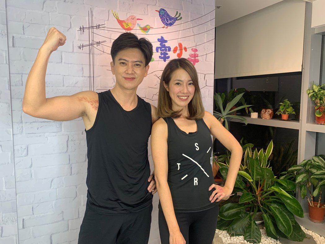 黃瑄(右)、劉奕上鳳凰直播分享居家減重運動。圖/民視提供
