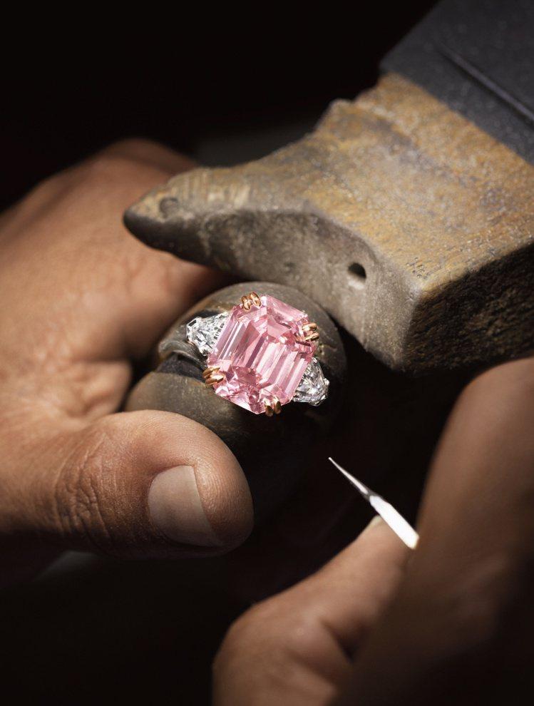 透過巧手雕琢後,The Winston Pink Legacy以18.96克拉的...
