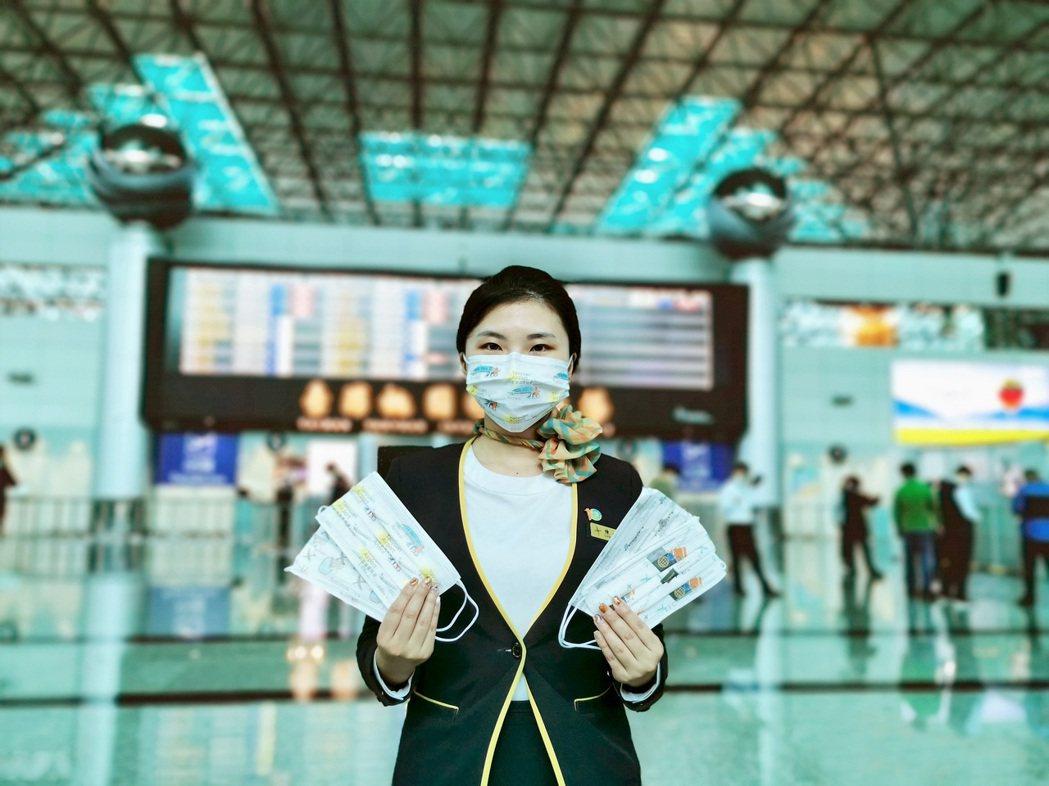 機場公司製作充滿機場意象的口罩發送給服務台人員。  圖/陶機公司提供