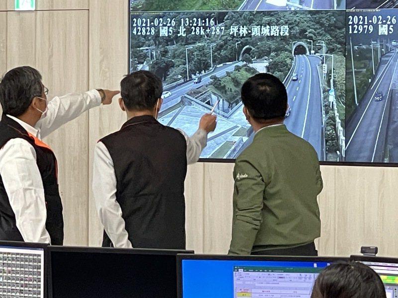 二二八連假即將到來,交通部長林佳龍(右)今到坪林交通控制中心視察並發加菜金。記者王敏旭/攝影