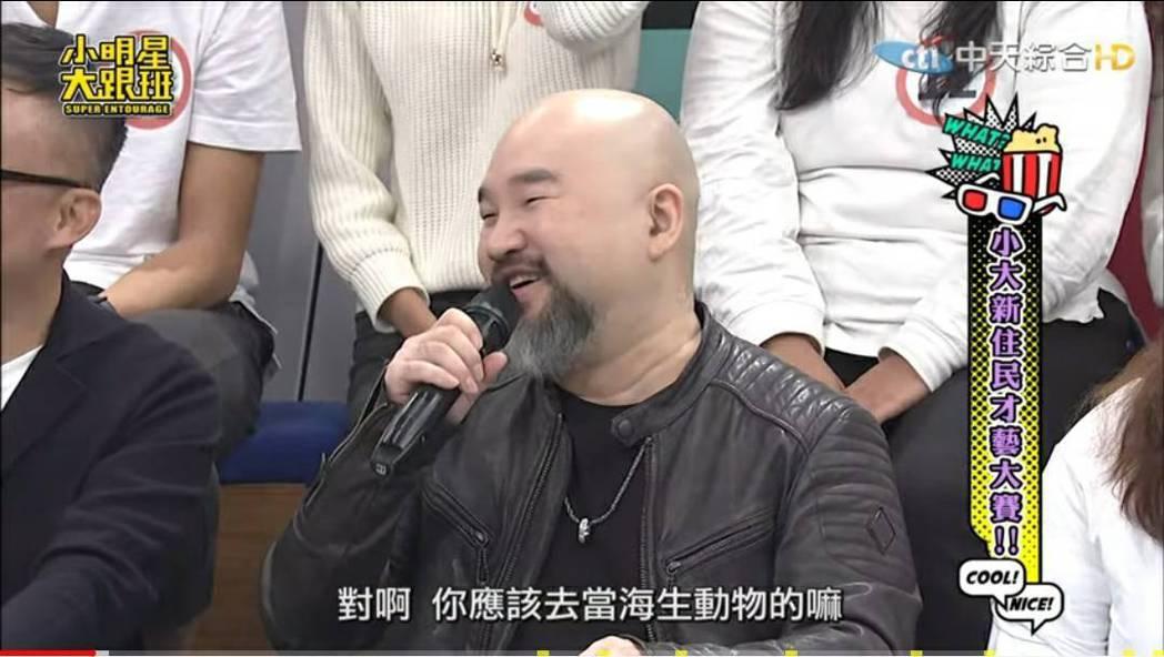 辛龍大方應吳宗憲要求即興模仿。圖/摘自YouTube
