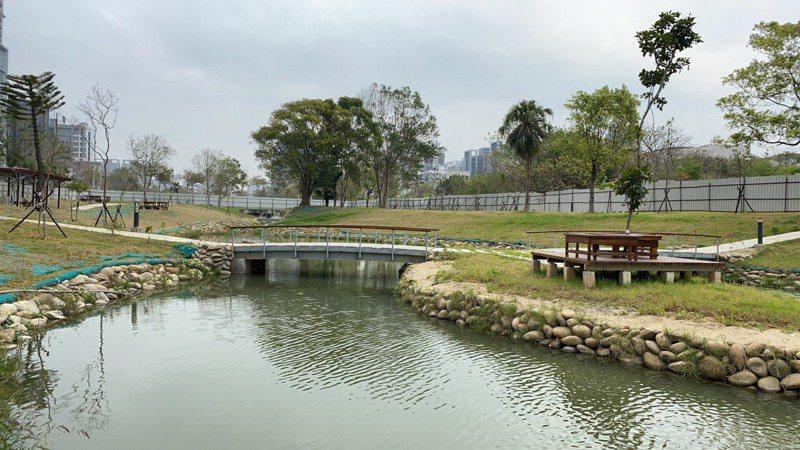 東興圳景觀再造一期工程中的公26公園已進行驗收,最快下周就會拆除圍籬啟用。圖/竹縣府提供