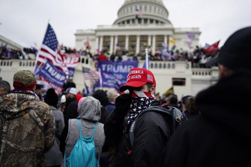 美國國會警察局代理局長皮特曼25日警告,拜登總統任內首度赴國會發表講話時,涉及1月6日國會暴動事件的極端團體打算趁機「炸毀國會山莊」。攝於1月6日。歐新社