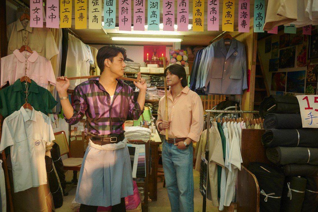朱軒洋(左)、羅士齊主演「天橋上的魔術師」,戲裡哥兒們情飄BL腐味。圖/公視、m...