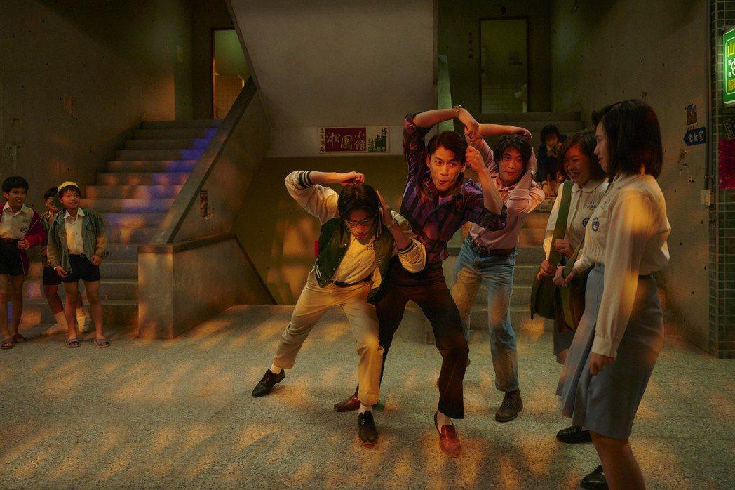 朱軒洋、羅士齊、宋柏緯在戲中大跳把妹舞步。圖/公視、myVideo提供
