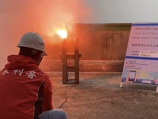 位於新竹的寶二水庫在今天下午4時許與石門水庫同步施放造雨焰劑。圖/北水局提供