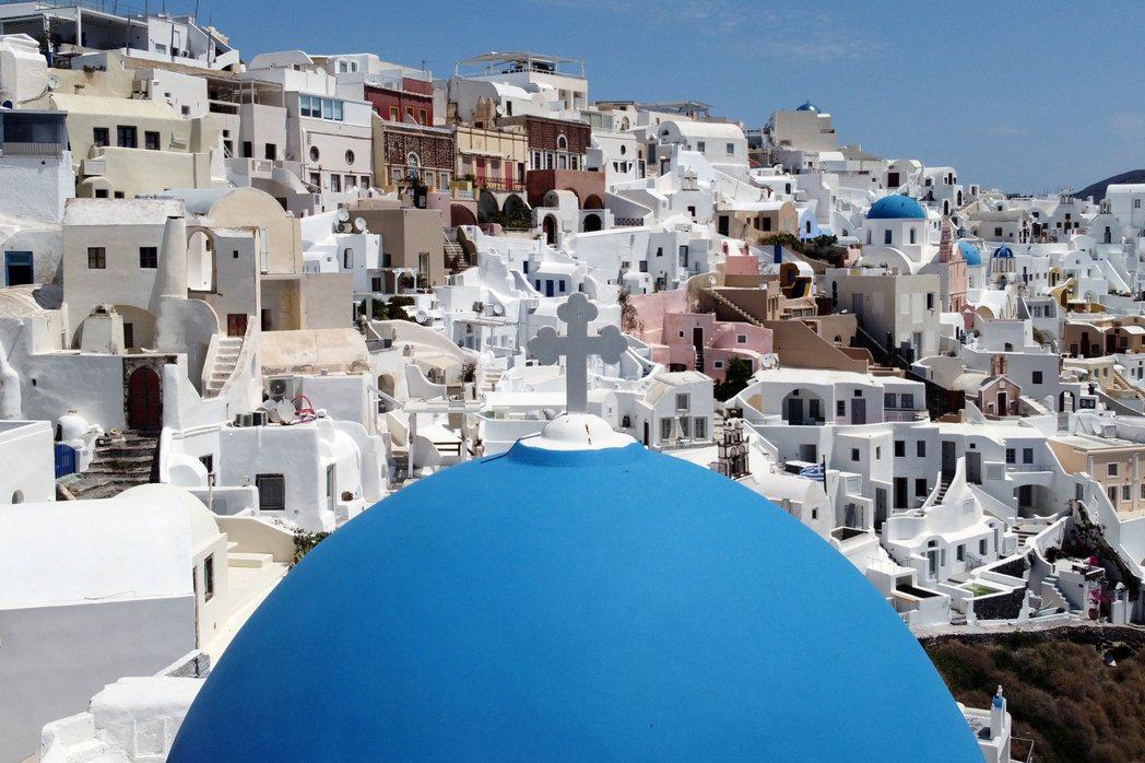 觀光業約占希臘GDP的五分之一,圖為以碧海藍天和白牆建築聞名的聖托里尼島。路透