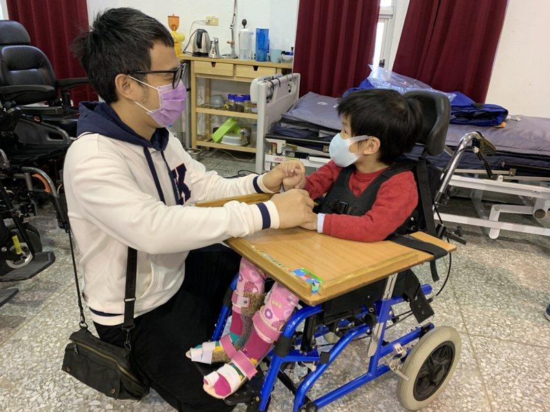 花蓮慈父吳明勇(左)辭去公務員工作,還重回校園半工半讀念物理治療系,就給肌萎症女兒最好的照顧。圖/花蓮門諾醫院提供