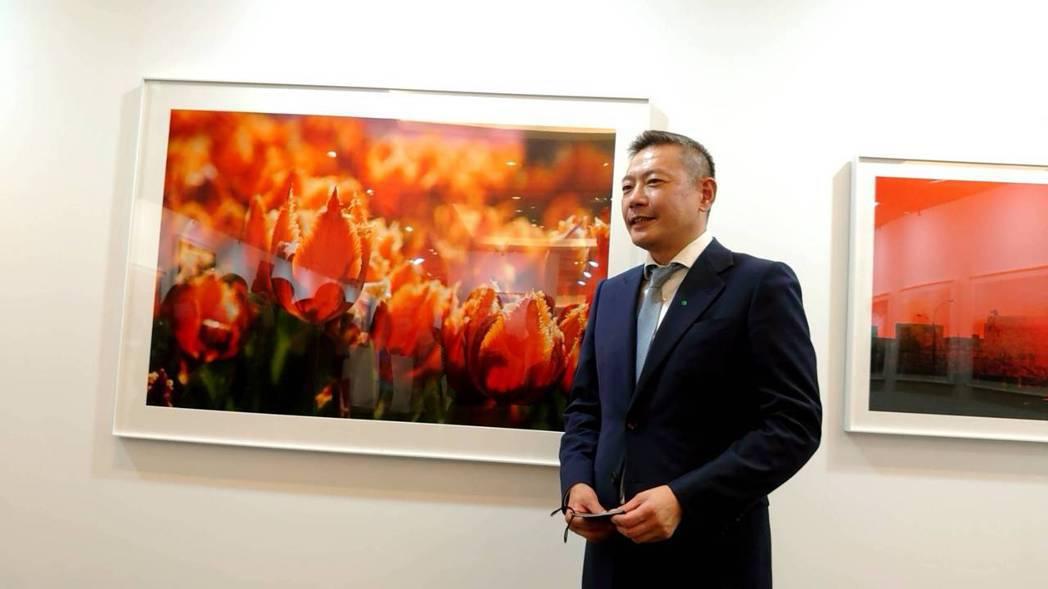 新光三越副董事長吳昕陽與父親吳東興的作品「鬱金香」合影。記者何秀玲/攝影